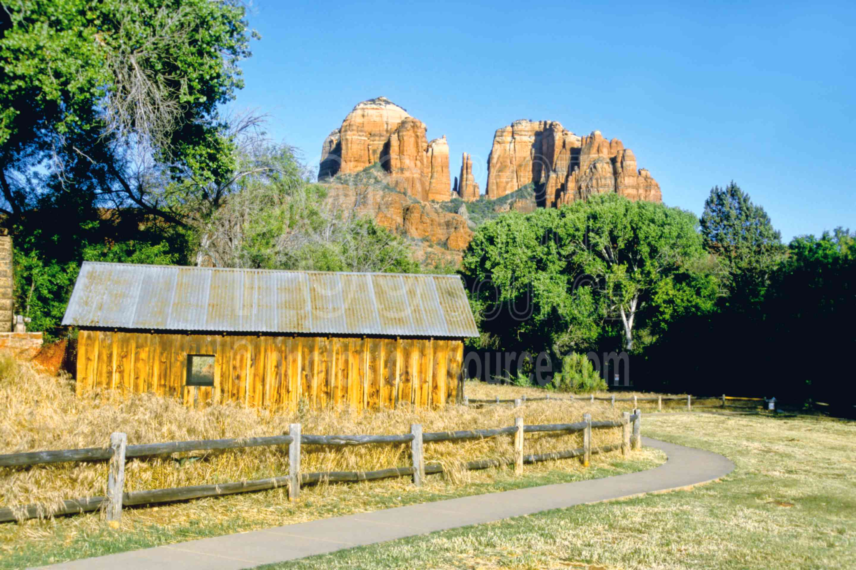 Cabin and Cathedral Rock,red rock,rock,red rock crossing,oak creek,cabin,shack,usas