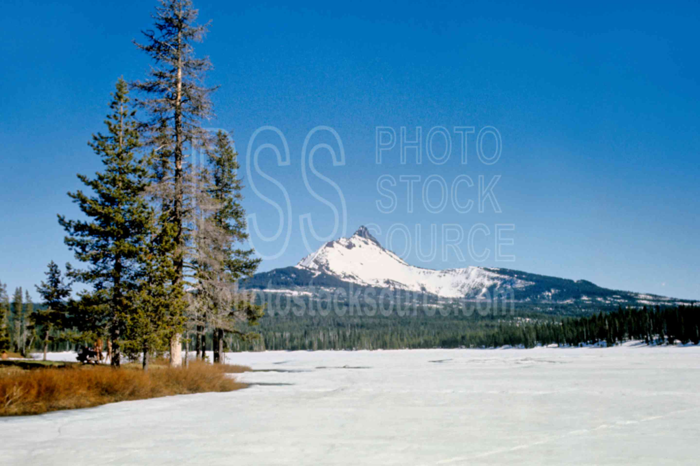 Big Lake, Mt. Washington,santiam pass,snow,frozen lake,ices,mt. washington,big lake,lake,mount,winter,lakes rivers,mountains