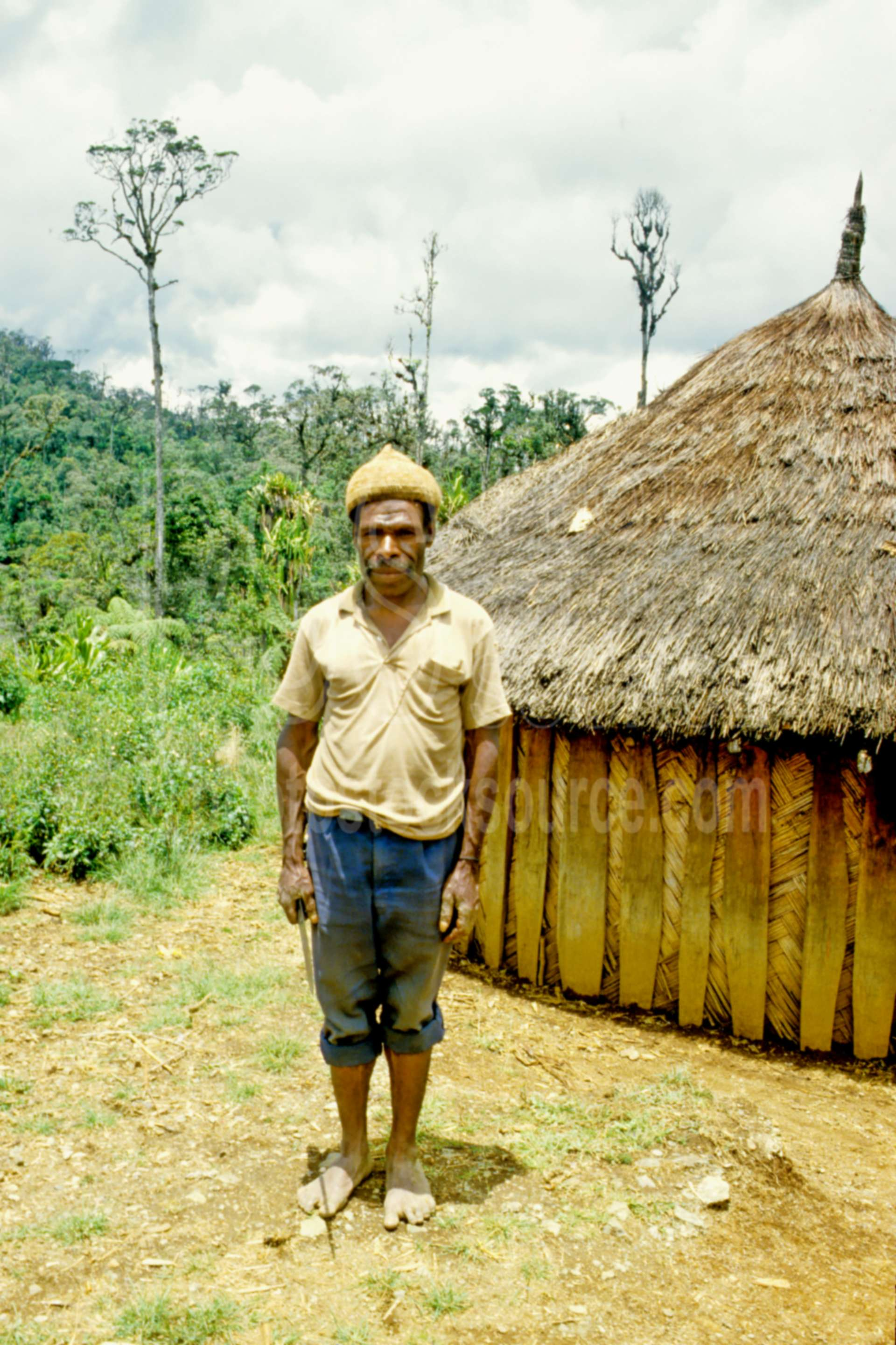 Man with bilum bag,bags,home,house,mans