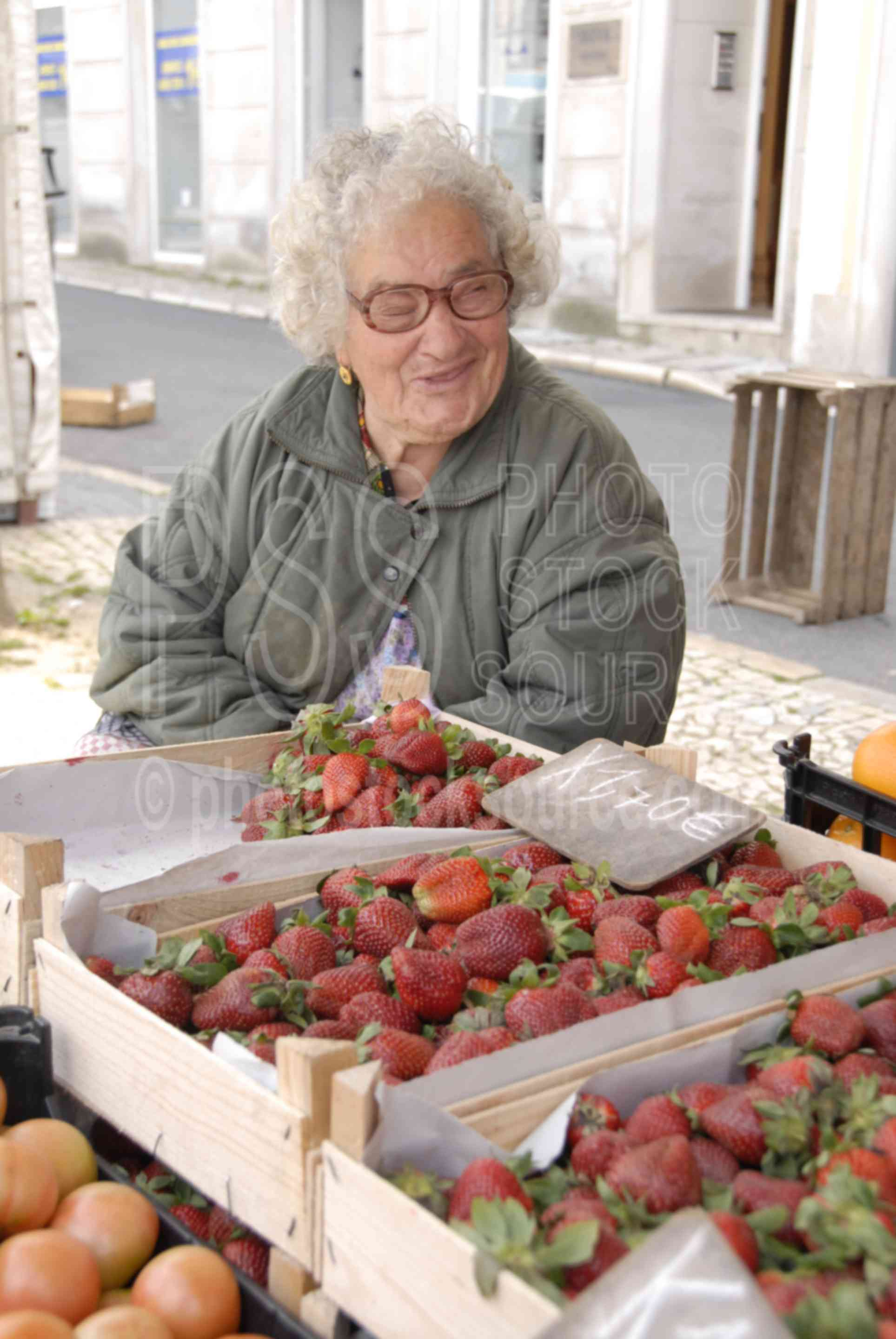 Selling Strawberries,strawberry,strawberries,old lady,lady,fruit,food,seller,vendor,market,mercado das caldas