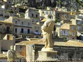 Duomo di San Pietro Statue